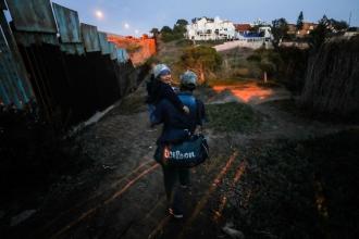Tijuana'ya gelen Honduraslı göçmenler, sınırı aşarak ABD'ye geçti