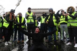 Fransa'da öfke sokağa taştı, hükümet sarsıldı