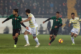 Akhisarspor Fenerbahçe'yi 3-0'lık skorla geçti