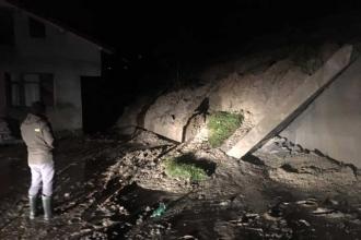 Bartın'da toprak kaydı, bir evin istinat duvarı yıkıldı