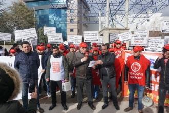 İşten atılan işçiler Makro Market önünde eylem yaptı