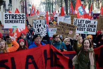 Hollanda'da üniversitelerdeki bütçe kesintileri protesto edildi