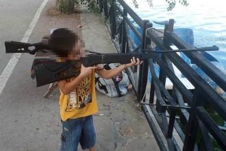 5 yaşındaki oğlunu silahla oynatıyormuş