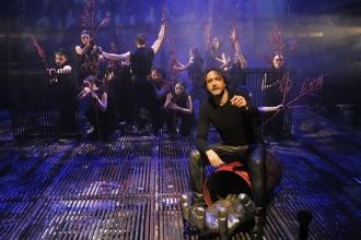 Kendinden  uzaklaşan Hamlet  makinesi