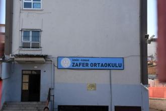 İzmir Zafer Ortaokulu öğrencileri kaloriferlerin yanmamasına tepki gösterdi