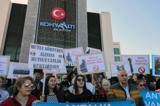 Antalya'da hayvan hakları savunucuları, Karacaoğlu'nun görevden alınmasını istedi