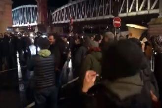 Protesto edilen Macron, tiyatro salonundan güvenlik güçleri eşliğinde çıktı