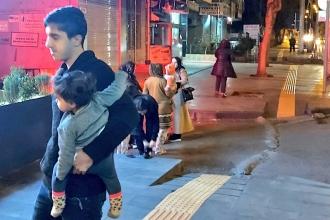 Elazığ'daki deprem nedeniyle Diyarbakırlılar geceyi sokakta geçirdi