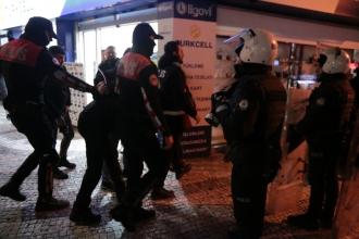 Kadıköy'de intiharlara ilişkin açıklama yapmak isteyen 9 öğrenci gözaltına alındı