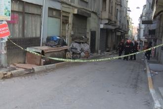 Beyoğlu'da metruk bir bina çöktü, sokak trafiğe kapatıldı