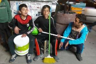 Vanlı çocuklar Yüksekova için sokak müziği yapıyor