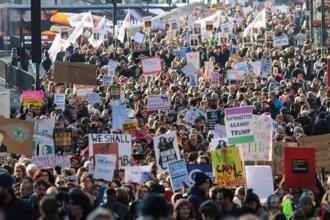 Kadınlar, Trump'ı protesto için ayakta