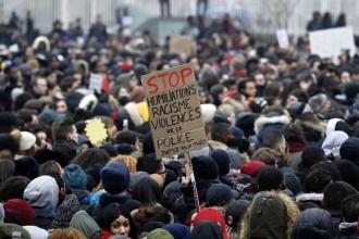Fransa'da poliseisyan, hükümetinpaçalarını tutuşturdu