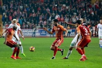 Galatasaray deplasmanda Antalyaspor'u 3-2 yendi