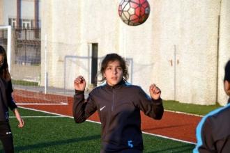 Liseli Ayşe Yelis: Yazın işçi, kışın golcü