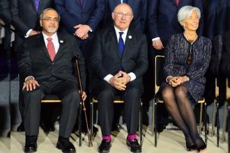 Fransız Bakan G-20'de eflatun çoraplarıyla dikkat çekti