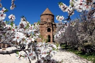 Baharla süslenen Akdamar görenleri büyülüyor