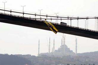 Fenerbahçe bayrağı İstanbul Boğazı'nda