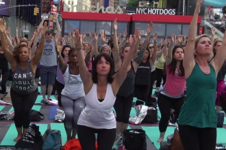 Binlerce kişi Times Meydanı'nda yoga yaptı