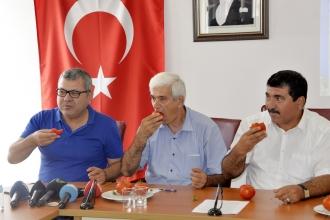Rus ve Türk yetkililere domates yiyerek tepki gösterdiler
