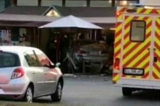 Fransa'da bir araba pizza dükkanına daldı