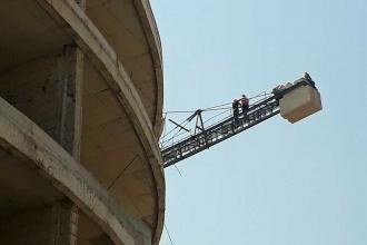 Çiğli'de ücretleri ödenmeyen işçiler kule vincine çıktı