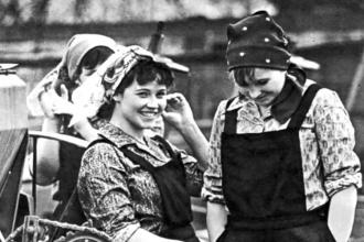 Ekim Devrimi'yle eşit kadınlara...