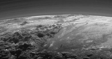 Plüton'un buz dağları ve vadileri görüntülendi