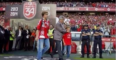 Benfica şampiyonluk kupasını polisten şiddet gören taraftarın çocuklarına kaldırttı