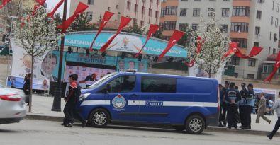 AKP'nin standını zabıta koruyor