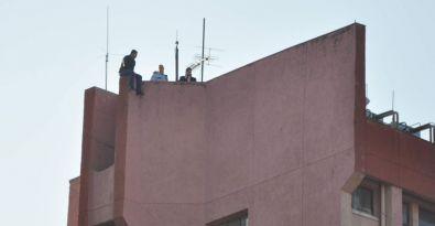 İşten atılan taşeron işçisi hastanenin çatısına çıktı
