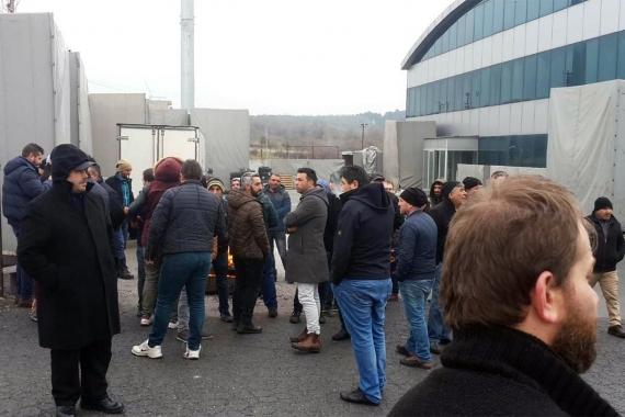 Fabrikaya haciz geldi, işçiler hakları ödenmeden ortada bırakıldı