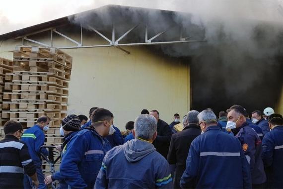 Filtre fabrikasında yangın; 12 işçi dumandan etkilendi