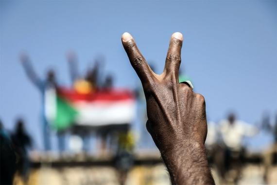 Sudan'da halk hareketi cuntanın üç üyesini istifa ettirdi