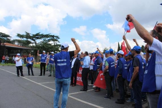 TÜPRAŞ işçileri Koç'un kapısına dayandı: Sözleşme YHK'de, işçinin sabrı sınırda