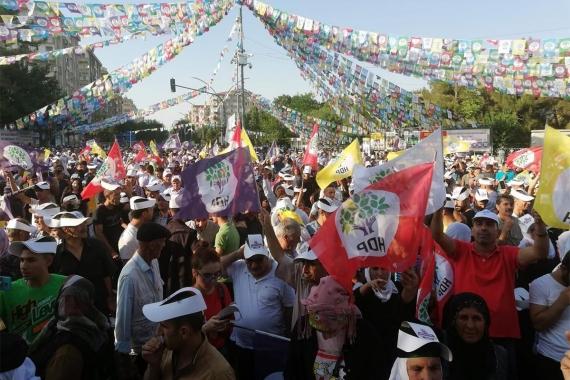 Diyarbakır'da 'Onurlu barış için demokratik çözüm' mitingi