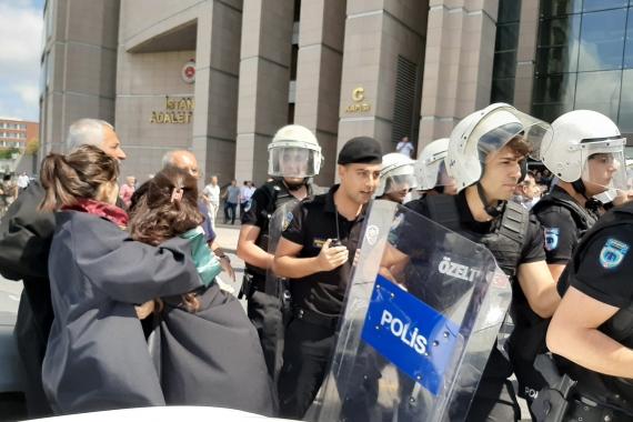 Kayyumları protesto eden avukatlara polis saldırısı