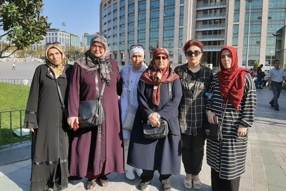 Çocukları 3 yıldan fazladır tutuklu yargılanan aileler AKP İstanbul il binası önünde