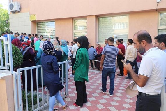 Diyarbakır'da İŞKUR önünde geçici iş kuyruğu