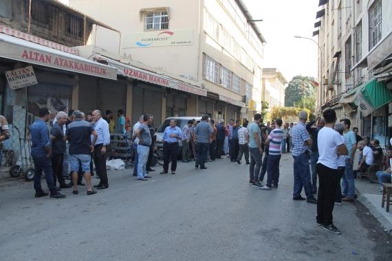 Adana'da, Türkiyeli ve Suriyeli işçiler zam talebiyle iş bıraktı