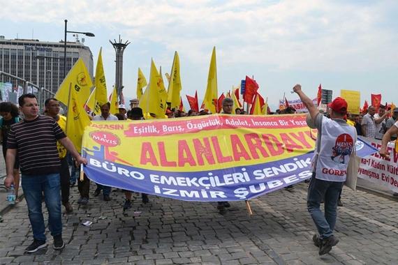 Büro Emekçileri Sendikası İzmir Şubesinin 1 Mayıs kortejinde pankart arkasında yürüyüşü