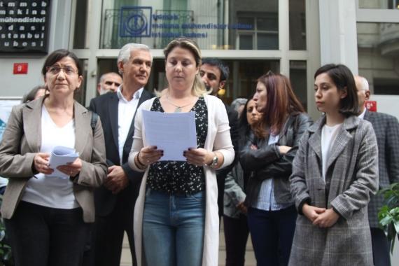 Çorlu tren kazasında hayatını kaybedenlerin aileleri ve avukatları açıklama yaparken.