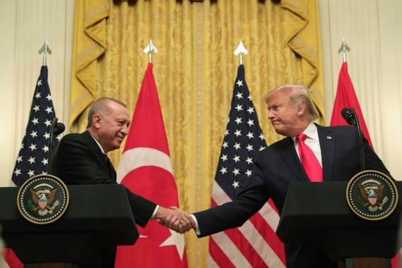 Erdoğan ve Trump ortak basın toplantısı düzenlerken el sıkıştı.