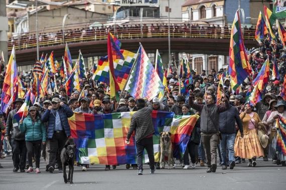 Bolivya\'da yerli halk, darbeyle birlikte hedef alınan Kızılderili bayrağı Whipala\'ya saygı gösterilmesini talebiyle eylem yaparken