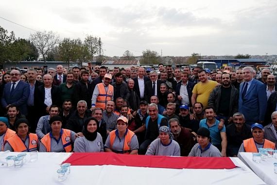 Avcılar Belediyesinde taşerondan belediye şirketine geçen işçilerin ilk toplu iş sözleşmesi için düzenlenen törende işçiler toplu poz verdi