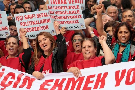 Kadın işçiler 'Bu ücretlerle bu vergilerle geçinemiyoruz' yazılı dövizler tutuyor