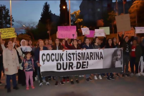 'Çocuk istismarına dur de' pankartı ile yürüyen kadın ve çocuklar