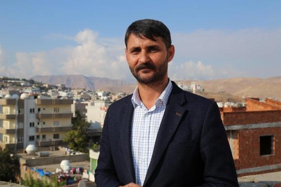 Görevden alınan Cizre Belediyesi Eş Başkanı Mehmet Zırığ ve ardında Cizre semaları
