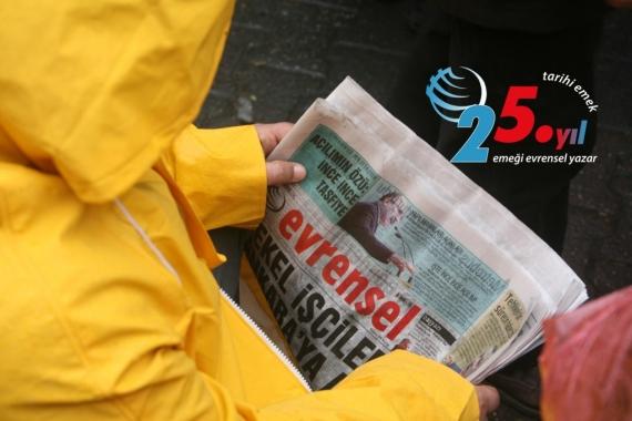 Evrensel gazetesi okuyan, sarı yağmurluk giymiş bir işçi ve 25. yıl logosu