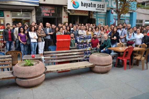 Hayatın Sesi binası önünde çalışanların çektirdiği toplu fotoğraf